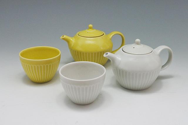 黄色いポットとカップでほうじ茶~