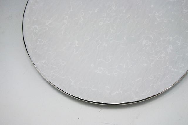 渕のプラチナがキラリ【フラットな白岩肌丸皿】