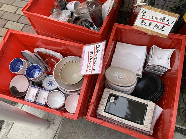 かっぱ橋まえ田へ来たらまずは店頭の赤コンテナを要チェック!